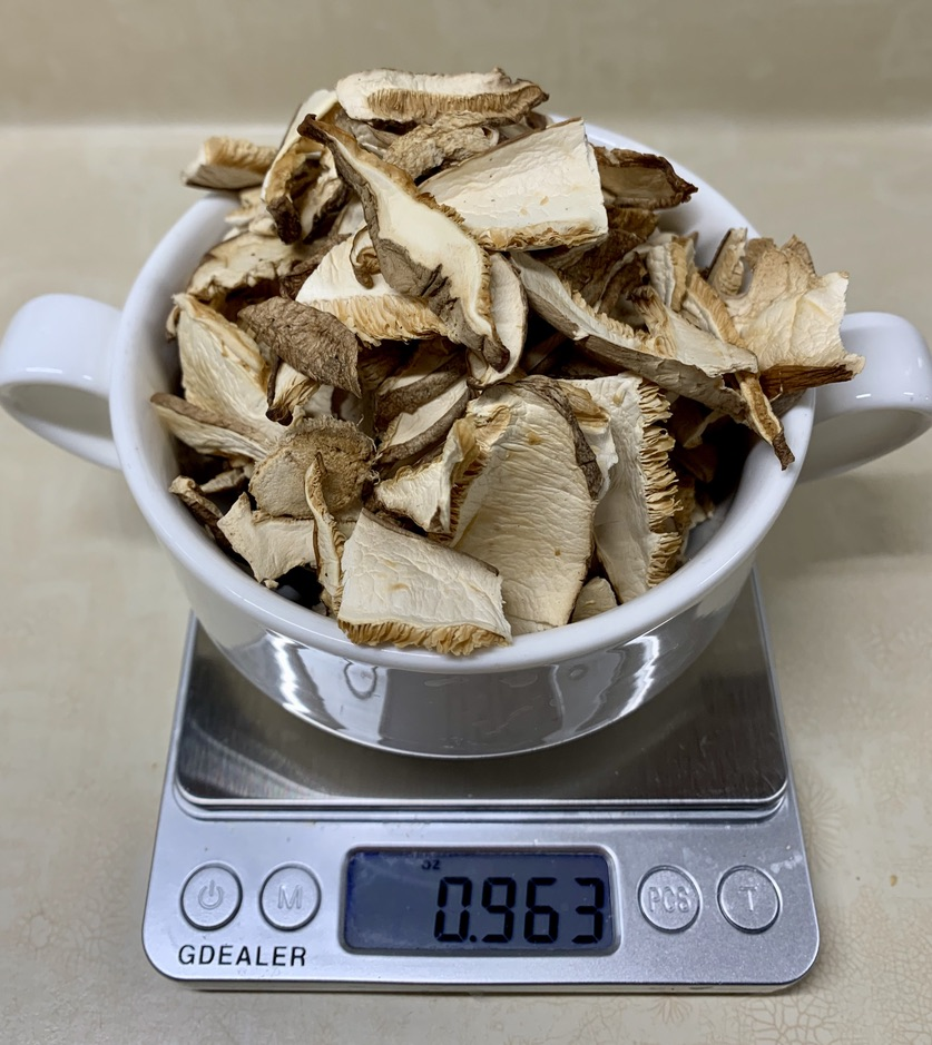 Weighing the pre-sliced dried shitakes on a food scale.